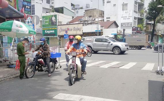 Kiểm tra giấy tờ tại chốt kiểm soát Phan Bội Châu - Bạch Đằng, quận Bình Thạnh ngày 15-9. Ảnh: MINH NGHĨA