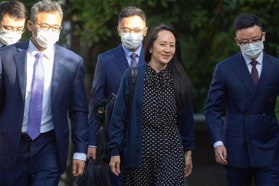 Bà Mạnh Vãn Chu (giữa) rời nhà riêng để tới dự một phiên xử trực tuyến ở Vancouver, Canada ngày 24-9. Ảnh: Reuters