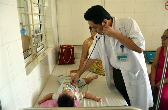 A child with dengue fever is treated in Đà Nẵng City Hospital for Women and Children. — VNA/VNS Photo DinhVanNHieu
