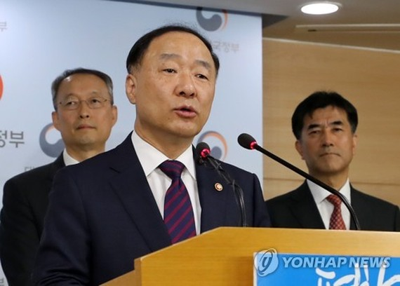 This photo, taken on Oct. 24, 2017, shows Hong Nam-ki, the minister of the Office for Government Policy Coordination, speaking during a press conference at the central government complex in Seoul. (Yonhap)