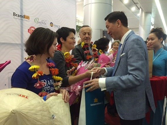 Ho Chi Minh City's first foreign visitors of 2018 were welcomed at Tan Son Nhat International Airport on January 1 morning. (Source: VNA)