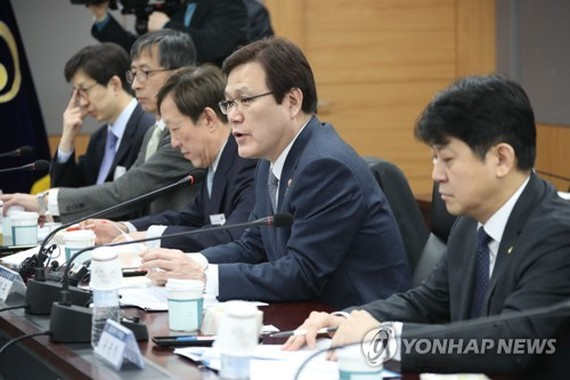 Financial Services Commission Chairman Choi Jong-ku speaks during a meeting with experts and officials on March 15, 2018, about a corporate governance reform plan. (Yonhap)