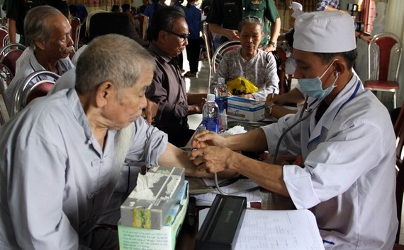 Medical workers treat residents in Hải Chánh Commune in the central province of Quảng Trị. — VNA/VNS Photo Trịnh Bang Nhiệm