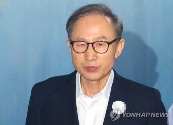 Former President Lee Myung-bak enters the Seoul Central District Court in southern Seoul to attend his corruption trial on Sept. 6, 2018. (Yonhap)