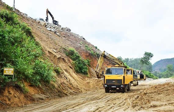 Landslides block roads to Huong Dien Hydropower Plant