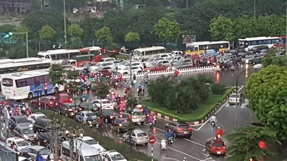 Cold spell hits Hanoi, causing heavy rains & traffic congestion