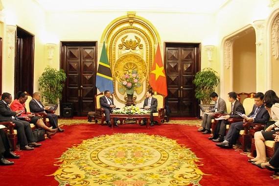 Acting Minister of Information and Communications Nguyen Manh Hung received Tanzanian Minister of Foreign Affairs and East African Cooperation Augustine Mahiga in Hanoi on October 11 (Photo: Mic.gov.vn)