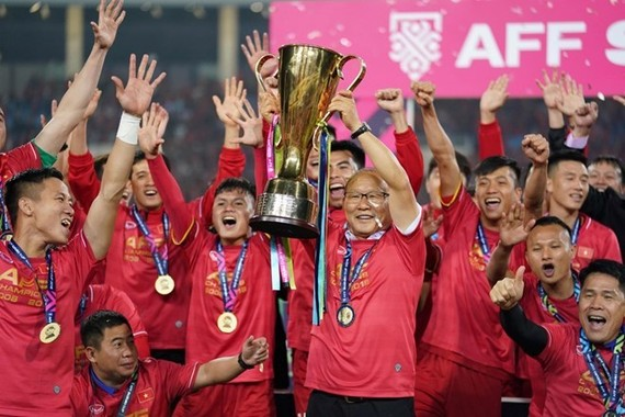 ietnam's football team pose for a photo with the AFF Suzuki Cup trophy. (Photo: VNA)
