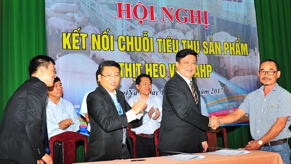 Ông Phidsanu Pongwatana, Tổng Giám đốc điều hành công ty MM Mega Market Việt Nam ký kết thu mua heo VietGAP tại Đồng Nai