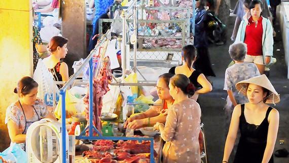Mua bán tại chợ Phú Nhuận. Ảnh: THÀNH TRÍ