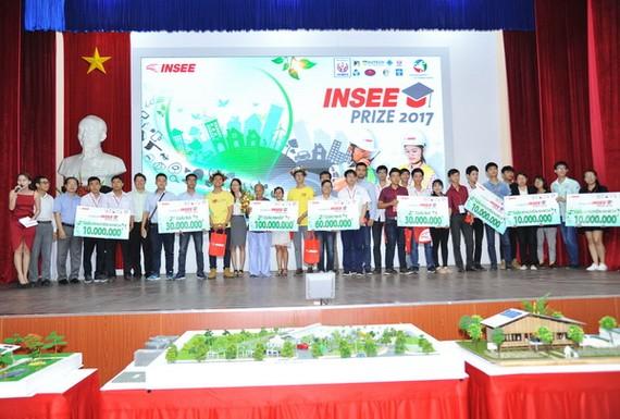 Nhóm SV xuất sắc nhận được những giải thưởng lớn từ INSEE