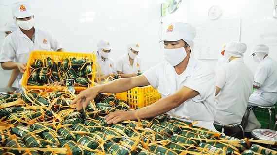 Chế biến giò chả tại Công ty Vissan, doanh nghiệp tại TPHCM đầu tư xây dựng nhà máy tại tỉnh Long An. Ảnh: CAO THĂNG