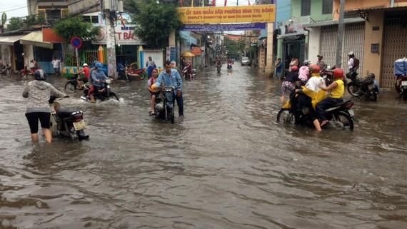 Dù mưa đã ngớt trước đó 2 giờ, đến 17 giờ 30 ngày 15-5, đường Tân Hòa Đông (quận Bình Tân, TPHCM) vẫn ngập nặng. Ảnh: HIẾU NGHĨA