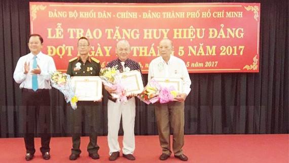Đảng ủy Khối Dân - Chính - Đảng TPHCM tổ chức lễ trao huy hiệu Đảng