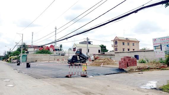 Một nền đất trên đường Bưng Ông Thoàn (phường Phú Hữu, quận 9) đang được làm hạ tầng. Ảnh: THANH HẢI