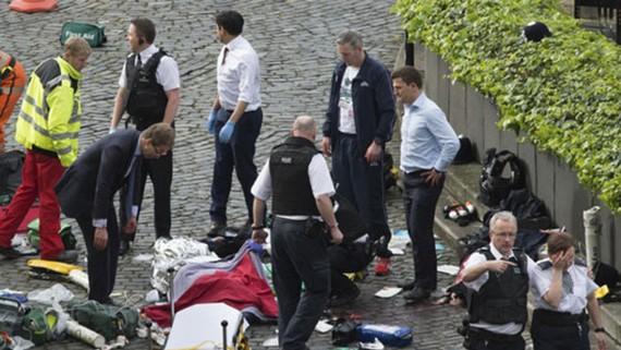 Cấp cứu nạn nhân bên ngoài tòa nhà Quốc hội Anh ở London trong vụ tấn công bằng xe ngày 22-3-2017. Ảnh: AP