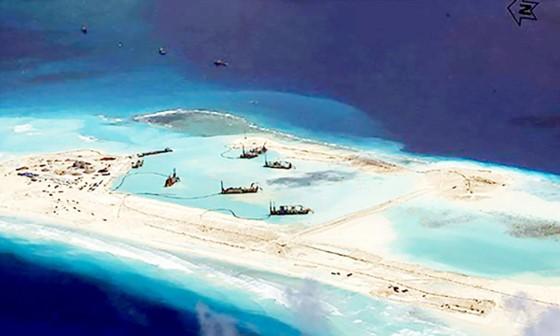 Trung Quốc tăng cường bồi đắp các đá ở biển Đông. Ảnh: CSIS