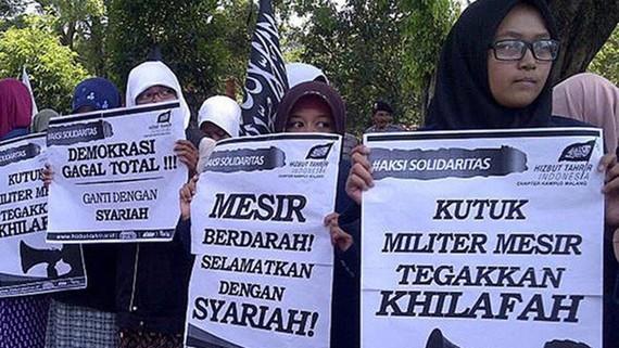 Các thành viên của Hizbut Tahrir tham gia một cuộc biểu tình. Nguồn: Jakarta Post