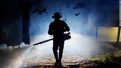 Nhân viên y tế Sri Lanka phun thuốc diệt trừ muỗi. Ảnh: CNN.COM