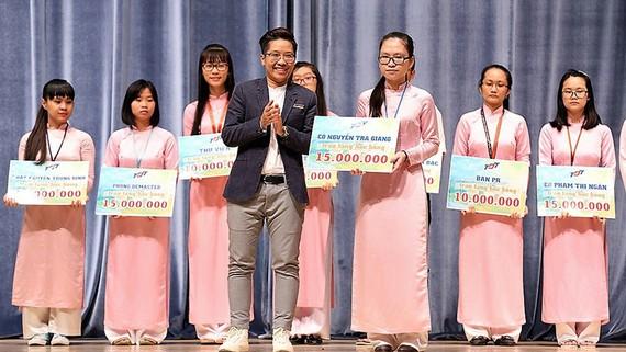 Nhiều sinh viên nhận học bổng đỡ đầu từ các giảng viên của Trường ĐH Tôn Đức Thắng