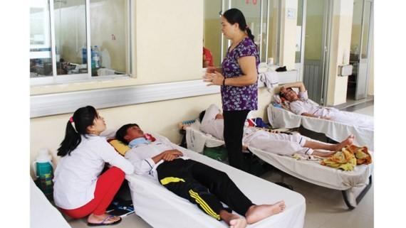 Bệnh viện quá tải, bệnh nhân sốt xuất huyết phải nằm ngoài hành lang
