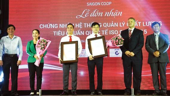 Ông Nguyễn Thành Nhân - Tổng Giám đốc và ông Phạm Trung Kiên - Phó Tổng Giám đốc Saigon Co.op tại sự kiện đón nhận chứng chỉ ISO 9001:2015