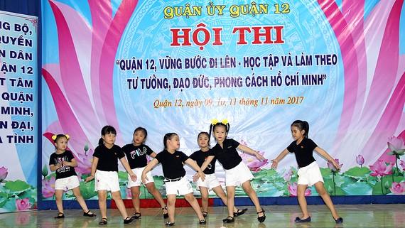 Các em thiếu nhi của CLB Họa Mi tập dượt chương trình biểu diễn chào mừng ngày 20-11
