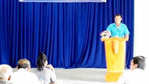 Ông Phạm Văn Cộng phát biểu tại hội nghị đánh giá kết quả xây dựng cánh đồng rau muống VietGAP xã Nhị Bình