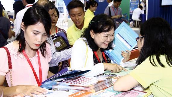 Du khách tham khảo tour của BenThanh Tourist