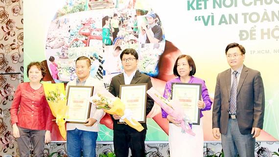 Trao chứng nhận hàng Việt Nam chất lượng cao chuẩn hội nhập cho doanh nghiệp. Ảnh: GIA PHÚC