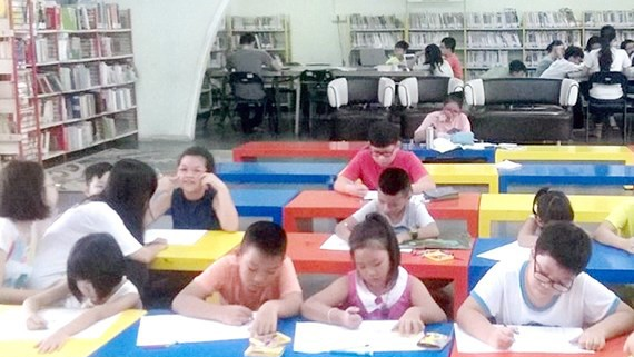 Trẻ đọc sách tại Phòng đọc Thanh thiếu niên của Thư viện Khoa học tổng hợp TPHCM. Ảnh: NGỌC DIỆP