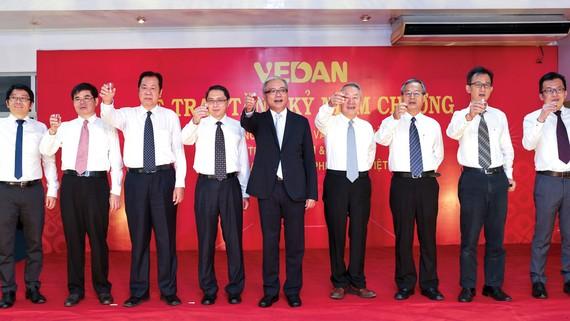 Ban Giám đốc Vedan chúc mừng toàn thể nhân viên tại buổi lễ