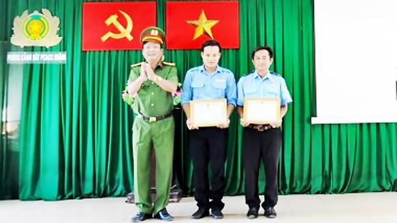 Anh Nguyễn Bá Tòng và anh Lê Văn Hòa được khen thưởng