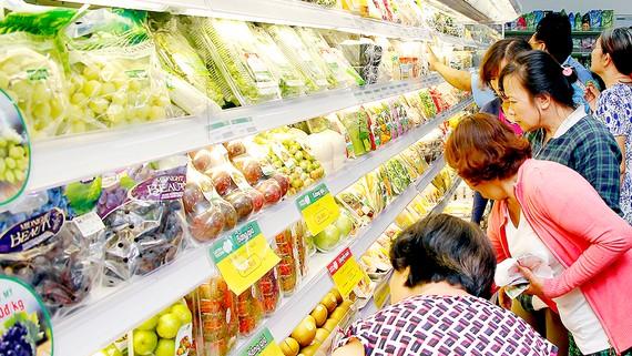 Trái cây ngoại - nội cạnh tranh trên kệ siêu thị