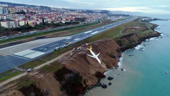 Chiếc Boeing 737-800 của hãng Pegasus Airlines sau khi trượt khỏi đường băng tại sân bay Trabzon ở Trabzon, Thổ Nhĩ Kỳ, ngày 14-1-2018. Ảnh: IHA