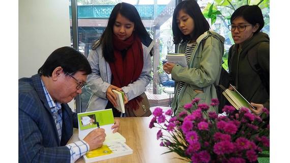 Nhà văn Nguyễn Nhật Ánh ký tặng sách cho độc giả