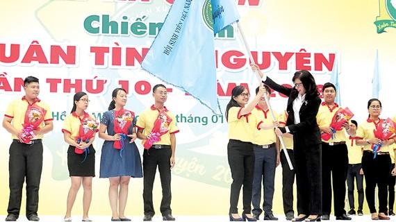 """Đồng chí Nguyễn Thị Thu, Phó Chủ tịch UBND TPHCM, trao cờ xuất quân chiến dịch """"Xuân tình nguyện"""" năm 2018"""