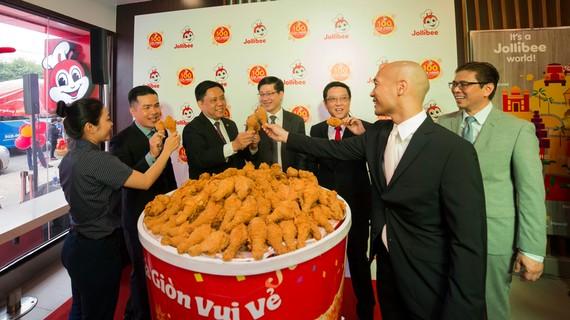 Lãnh đạo Tập đoàn Jollibee toàn cầu và Việt Nam thực hiện nghi thức truyền thống - nâng phần gà