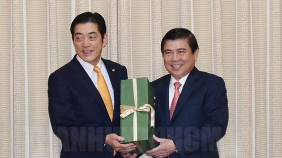 Chủ tịch UBND TPHCM Nguyễn Thành Phong (bìa phải) tặng quà lưu niệm cho Thống đốc tỉnh Ehime, Nhật Bản Tokihiro Nakamara. Nguồn: thanhuytphcm.vn