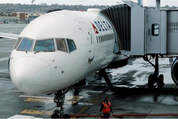 Giới chức quản lý hàng không dân dụng Trung Quốc ngày 12-1 cũng đã yêu cầu hãng hàng không Delta Airlines xin lỗi vì gọi Đài Loan và Tây Tạng là quốc gia trên trang web của hãng (Trong ảnh: Máy bay của hãng hàng không Delta Airlines tại sân bay ở San Dieg