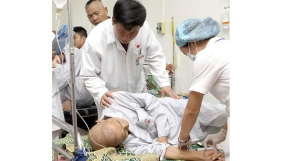 Các bệnh viện phải làm hồ sơ gấp để nhập thuốc Glivec viện trợ điều trị cho bệnh nhân ung thư máu. Ảnh: TTXVN