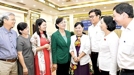 Chủ tịch HĐND TPHCM Nguyễn Thị Quyết Tâm tiếp xúc cử tri là cán bộ, công chức, viên chức. Ảnh: VIỆT DŨNG