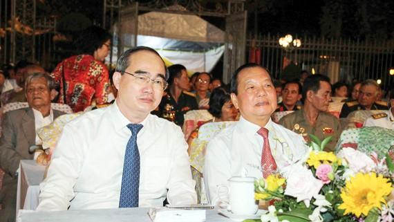 Các đồng chí lãnh đạo, nguyên lãnh đạo TPHCM cùng các đại biểu tham dự chương trình