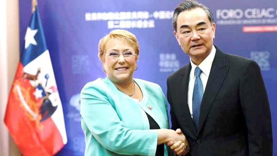 Tổng thống Chile Michelle Bachelet (trái) và Ngoại trưởng Trung Quốc Vương Nghị