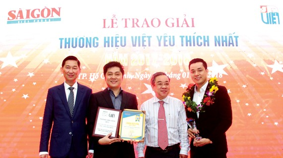 Ông Lại Minh Duy (thứ 2 từ bên trái sang) - Tổng Giám đốc TST tourist & Ông Nguyễn Văn Thi (ngoài cùng bên phải) - Trưởng phòng khối kinh doanh khách lẻ TST tourist nhận giải thưởng Thương hiệu Vàng 10 năm liên tiếp và giải thưởng Thương hiệu Việt yêu thí