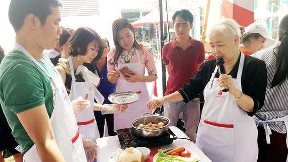 Chuyên gia ẩm thựcNguyễn Doãn Cẩm Vân hướng dẫn nấu món thịt kho trứng nước dừa