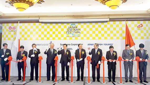 Các đại biểu tham dự lễ cắt băng khai mạc lễ hội Việt - Nhật lần thứ 5