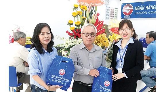 Khách hàng đến giao dịch và nhận quà trong ngày khai trương trụ sở mới của SCB Điện Biên Phủ