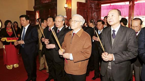 Tổng Bí thư Nguyễn Phú Trọng và các đại biểu dâng hương tại Khu lưu niệm đồng chí Nguyễn Đức Cảnh