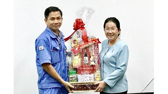 Đồng chí Võ Thị Dung thăm và tặng quà chi bộ Công ty TNHH Sài Gòn Precision